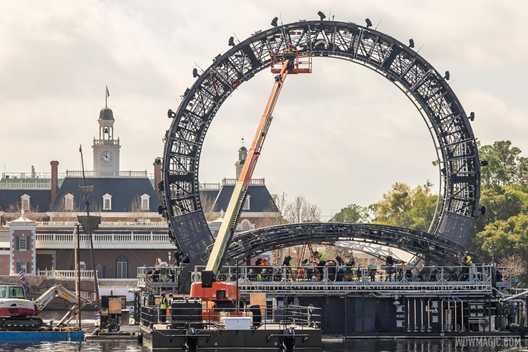 PHOTOS - How crews reach the top of the Harmonious icon barge