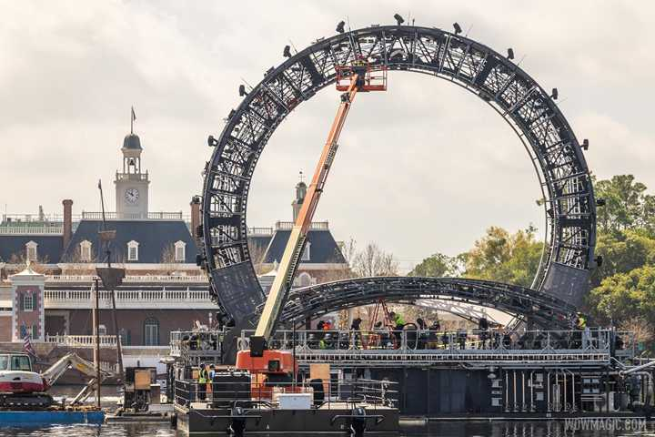 PHOTOS - How crews reach the top of the Harmonious icon barge