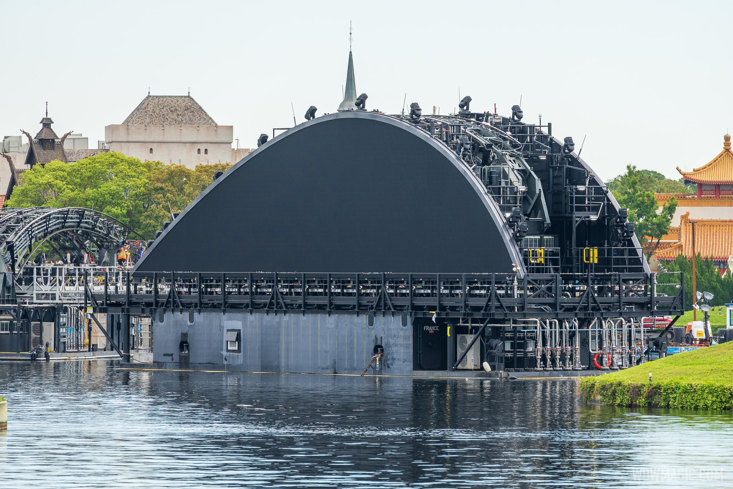 Third Harmonious fin barge (France) in position