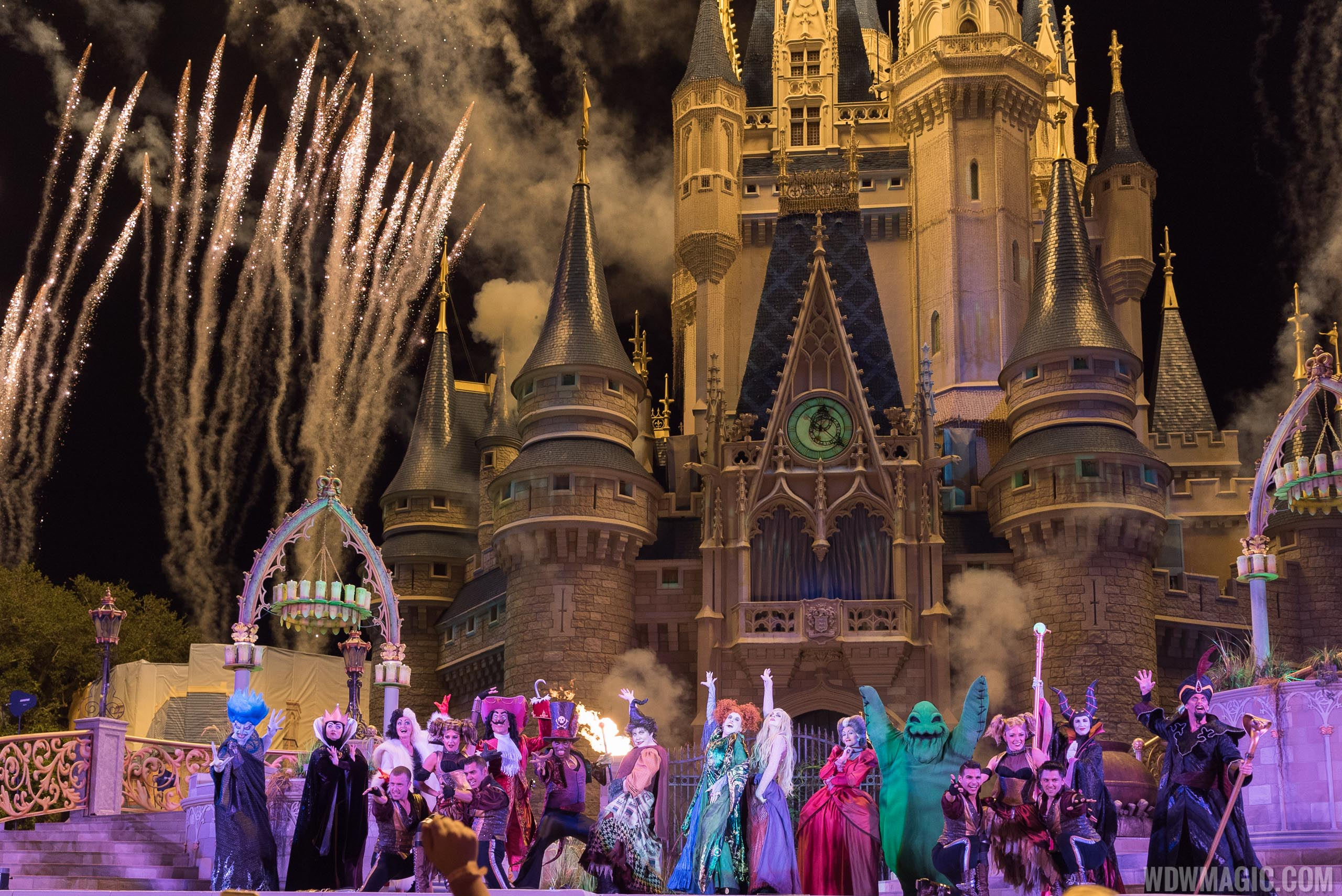 Hocus Pocus Villain Spelltacular - Full cast and fireworks
