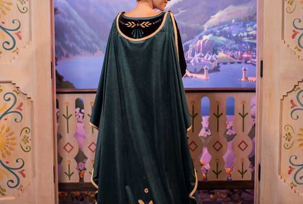 Frozen 2 meet and greet costumes for Anna and Elsa