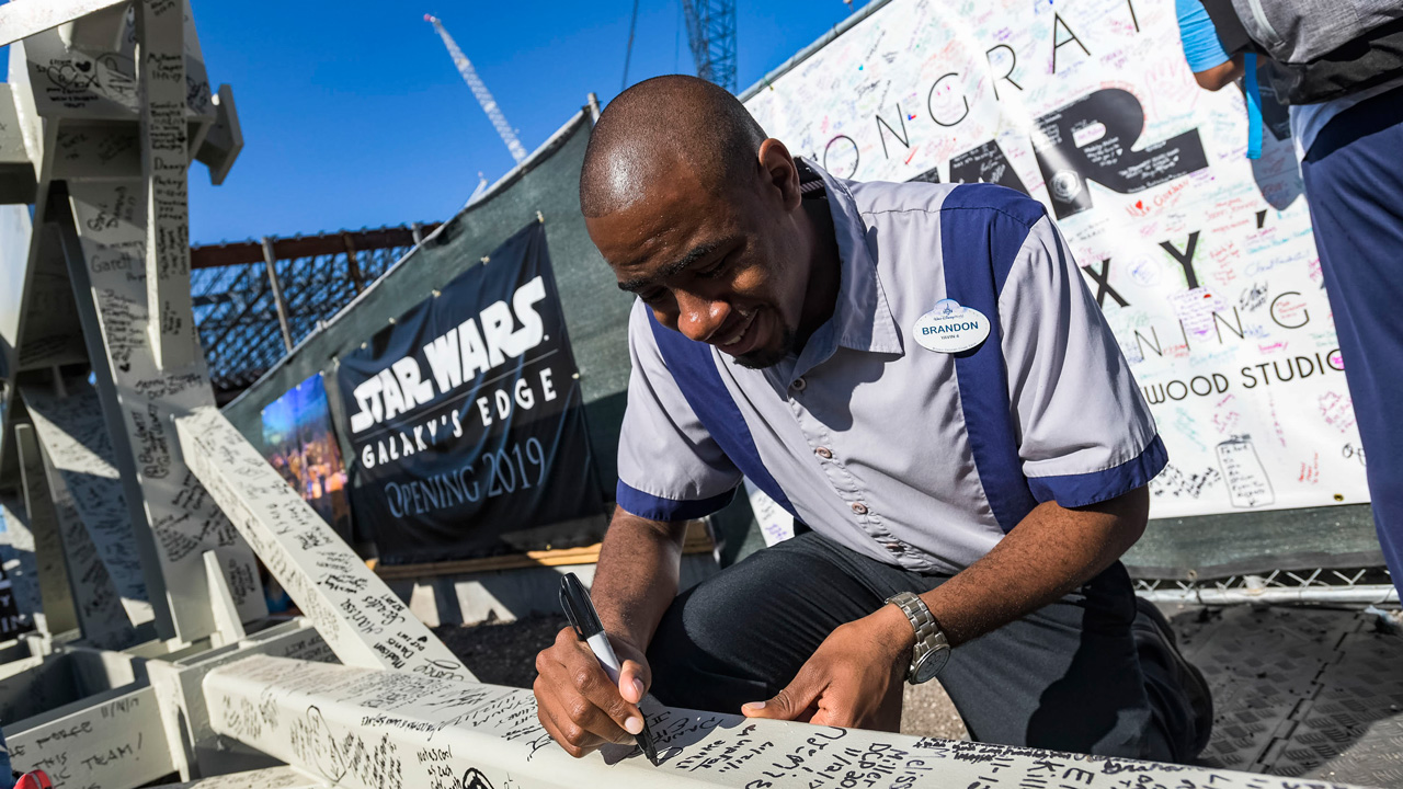 Star Wars Galaxy's Edge beam signing