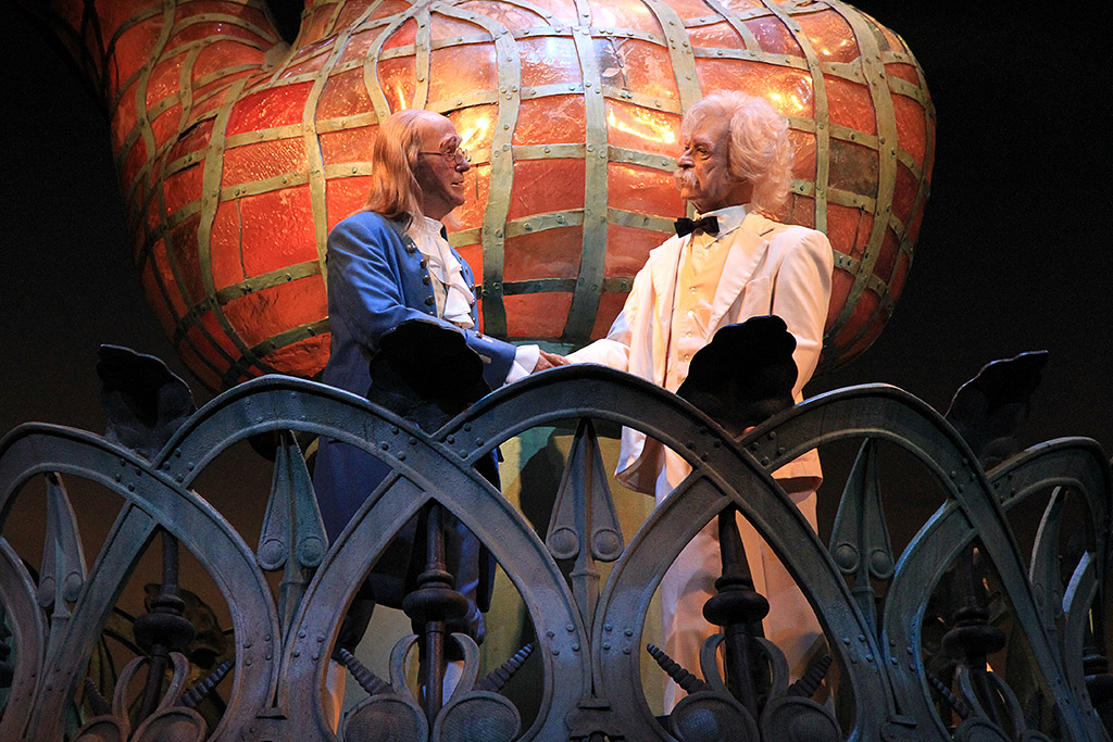 Ben Franklin and Mark Twain handshake at The American Adventure
