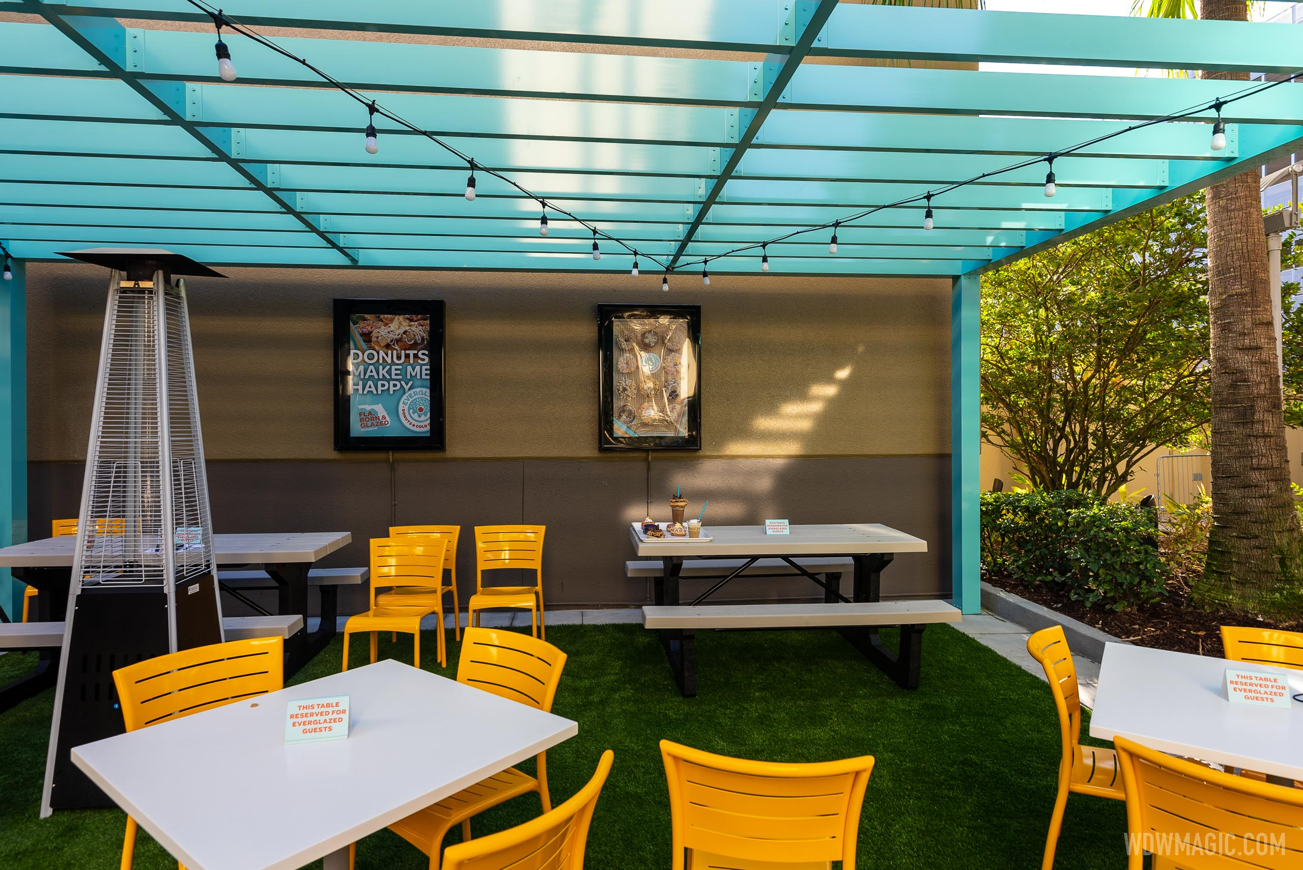 Outdoor seating at Everglazed