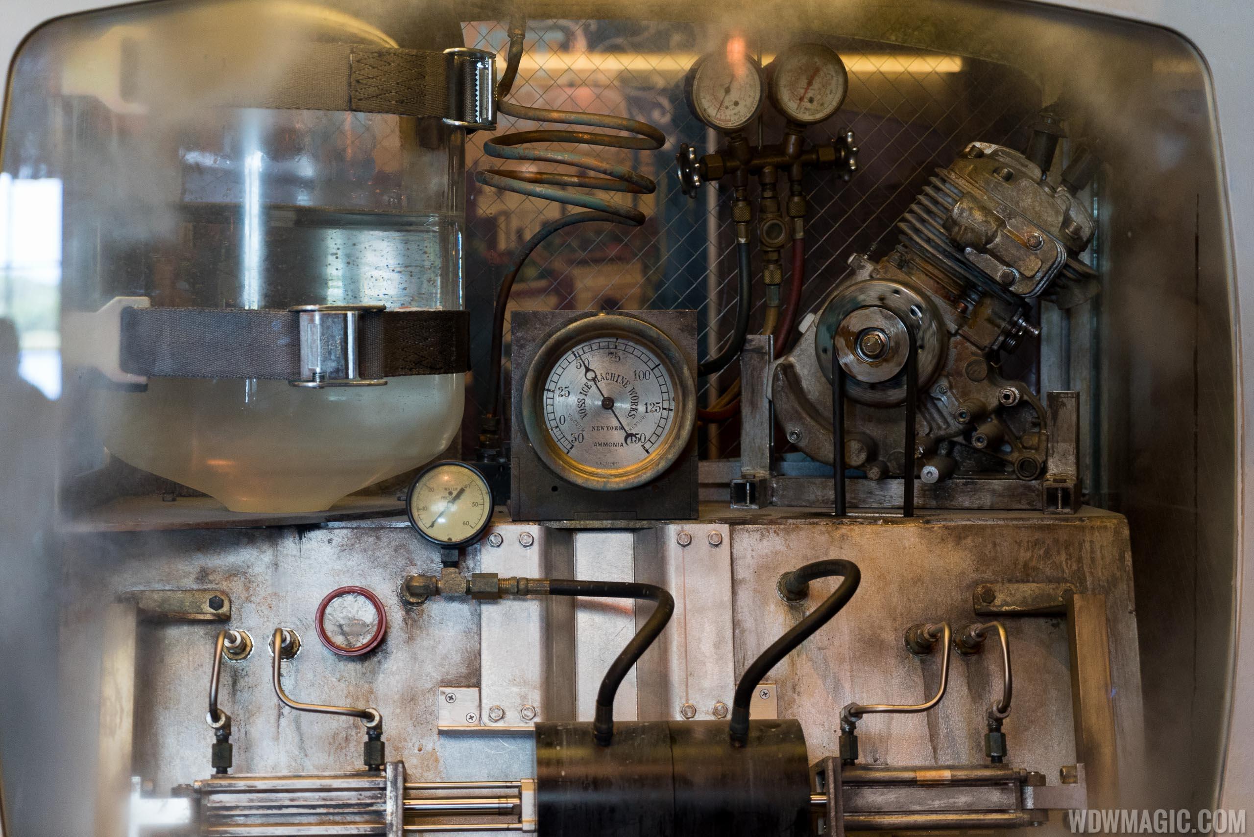 Jock Lindsey's Hangar Bar - Vintage ice machine