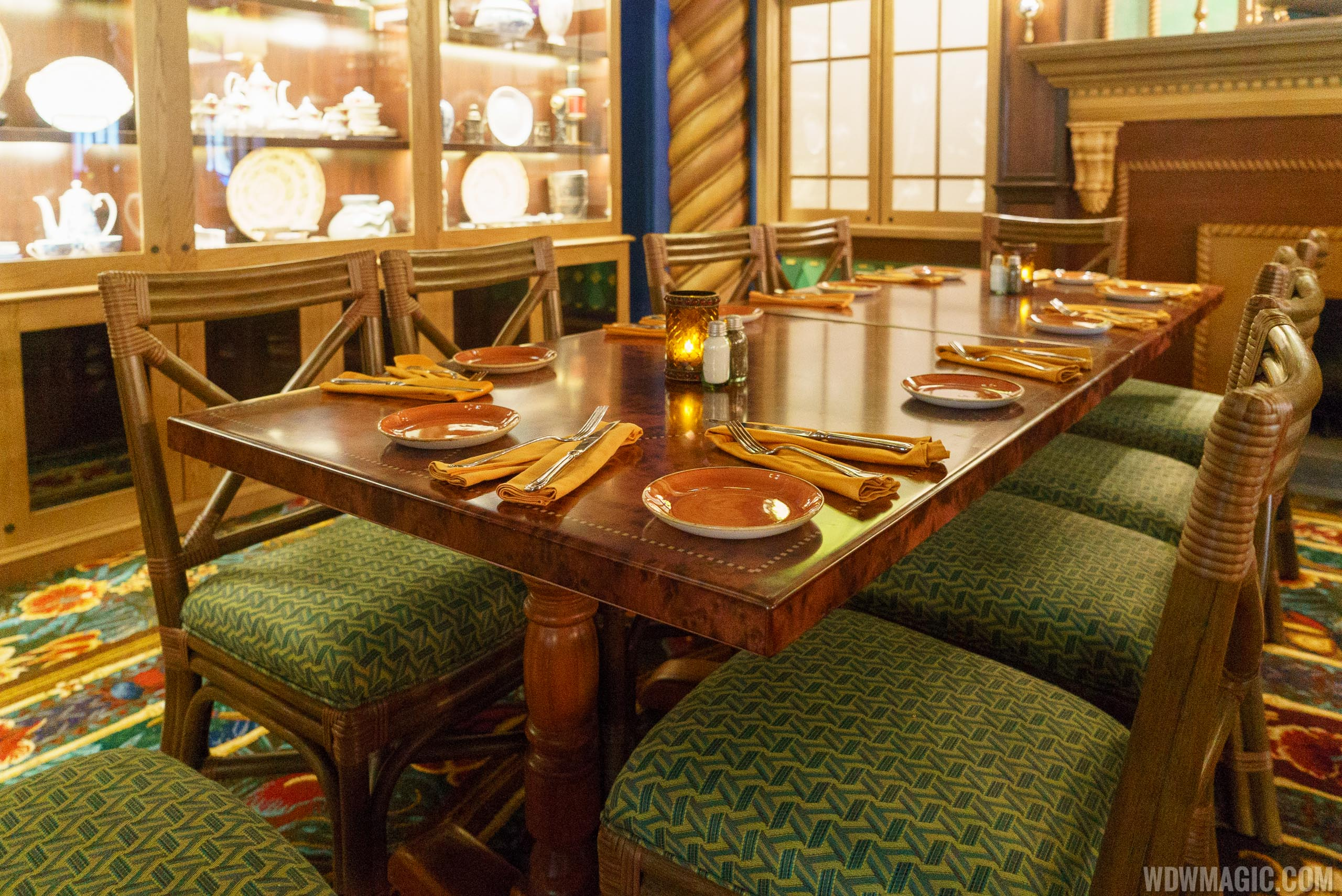 Jungle Cruise Skipper Canteen - Jungle dining room seating