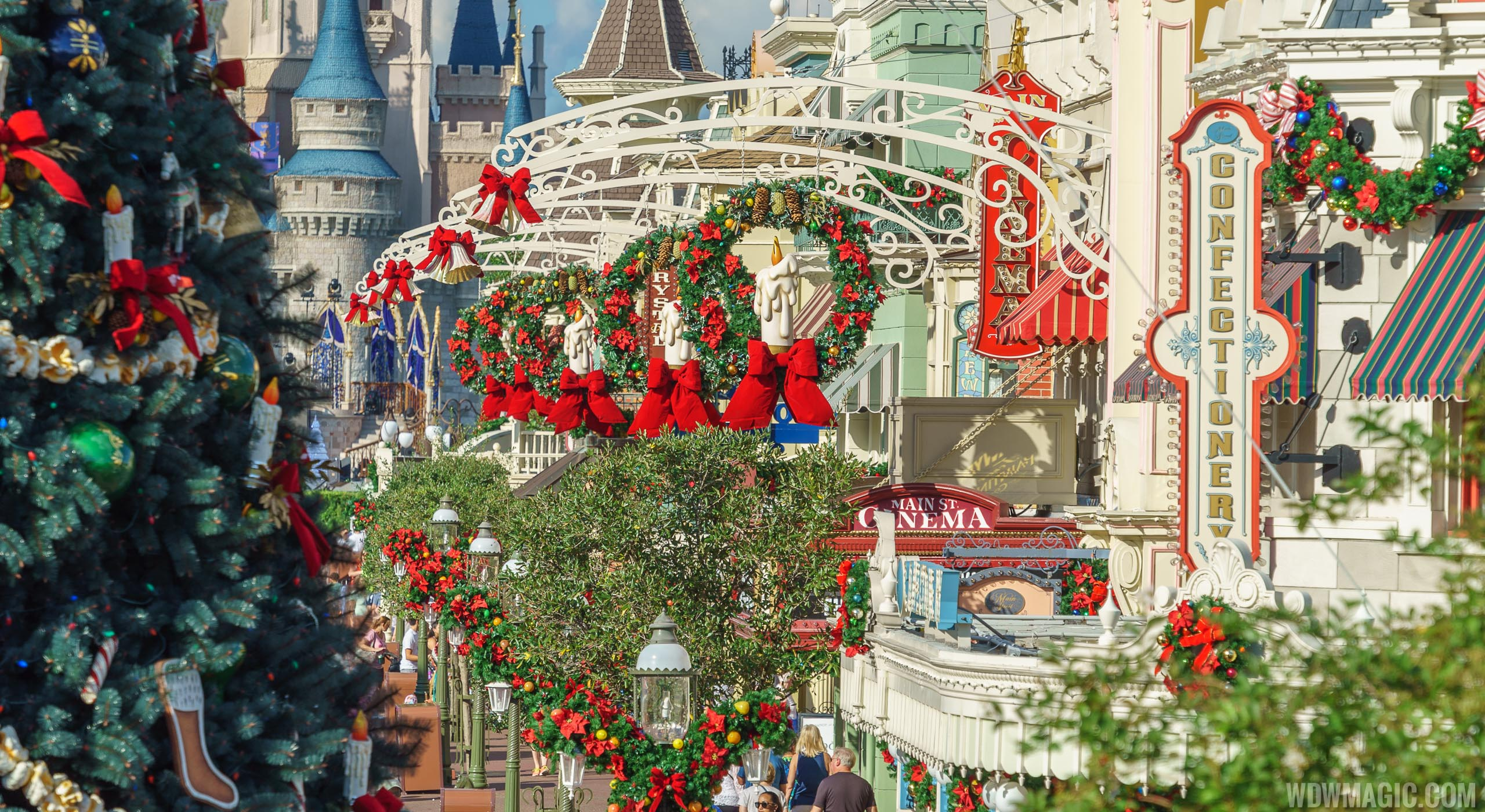 the magic kingdoms 2018 christmas holiday decor - When Do Christmas Decorations Go Up At Disney World 2017